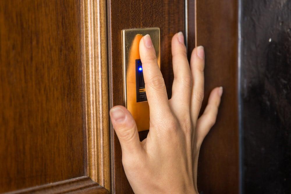 Porta blindata con impronta digitale