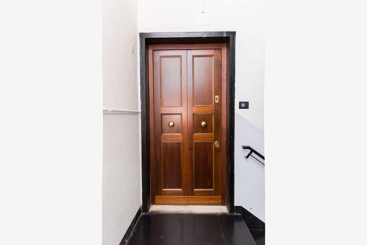 porta blindata con serratura biometrica